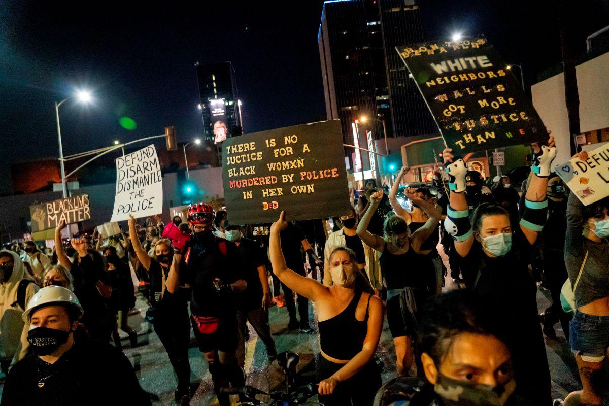 Manifestantes protestan en Hollywood por decisión de la Fiscalía en caso de Breonna Taylor.