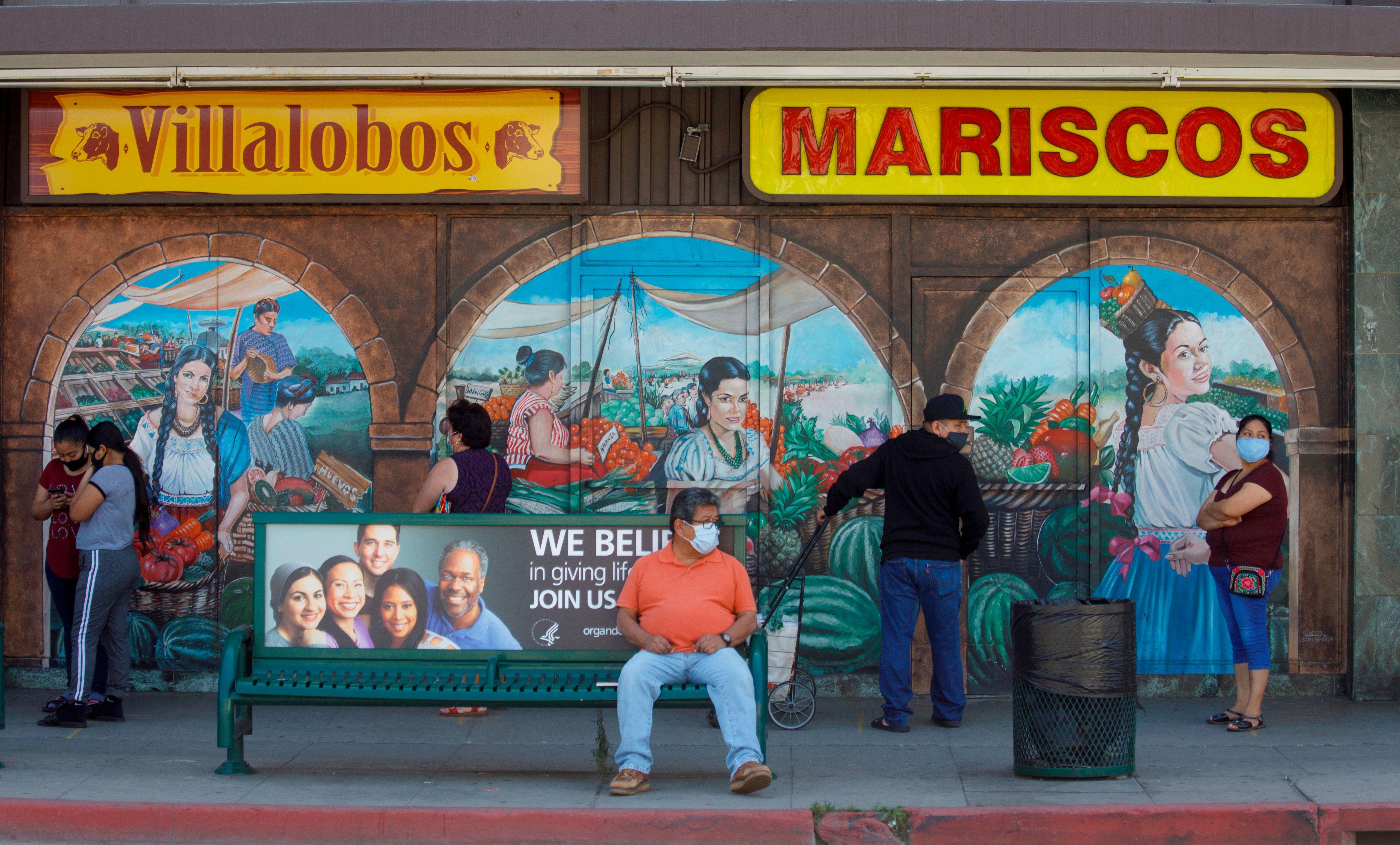 Muchos de los latinos no pueden teletrabajar o abandonar sus empleos.