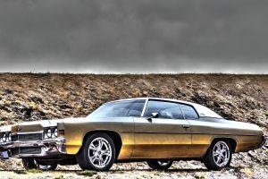 Un Impala SS de 1964, un AMC Eagle elevado y un convertible Galaxie 500 de 1963 son encontrados entre escombros listos para reformarse