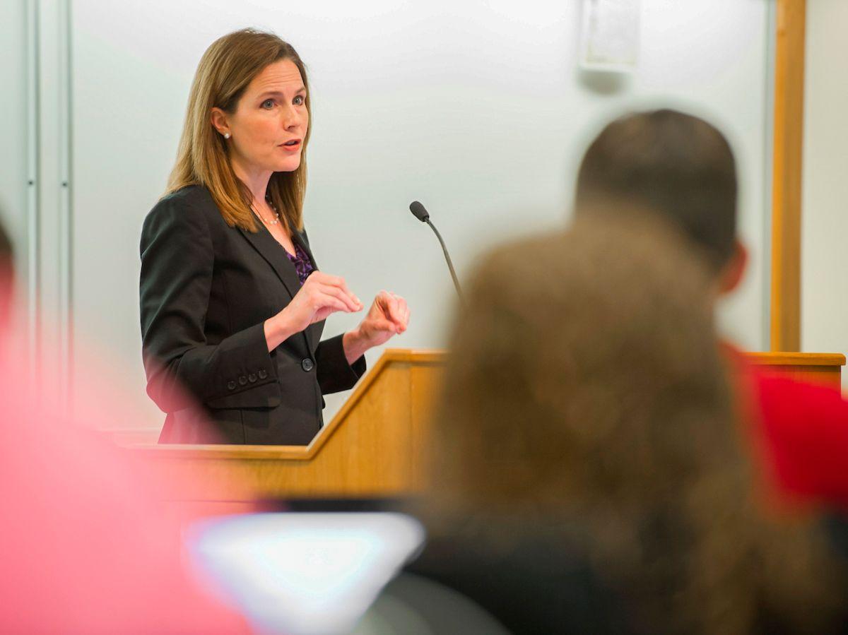 Fotografía de archivo se muestra a la jueza Amy Coney Barrett durante una clase.