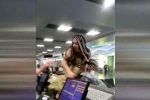 Una mujer entra en cólera en el aeropuerto de Miami y acaba saltando en el mostrador