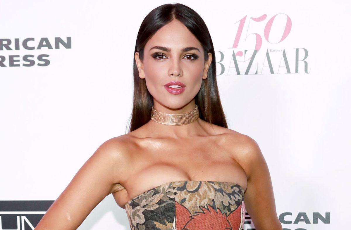 Eiza González presume silueta de Diosa en Versace para los Golden Globes 2021
