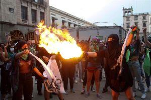 Se enfrentan feministas contra policías de la CDMX