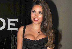 Despojándose de su tutú, Gaby Ramírez se luce desnuda sobre un piso de madera