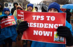 """Activistas denuncian """"límites adicionales"""" en el camino hacia a la residencia legal para TPS"""