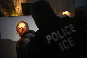 """ICE detiene a 88 """"por violaciones migratorias"""" en operativo"""