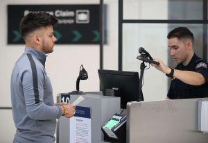 Administración Trump busca ampliar métodos de identificación de inmigrantes a través de voz y ADN