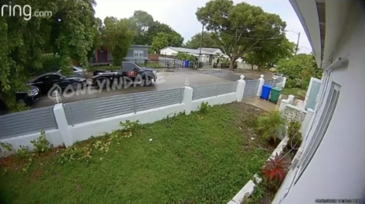 Captura del video en el que aparece a la grúa llevándose el auto.