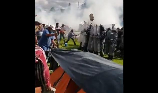 VIDEO: Campesinos se enfrentan y desalojan a Guardia Nacional, se oponen a entrega de agua de presa a Estados Unidos