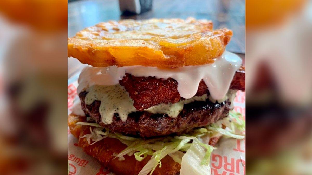 Imagen de la hamburguesa hecha a base de tostones.