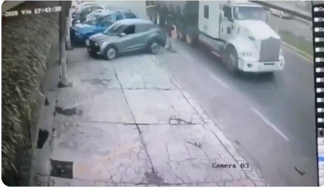VIDEO: Mariachi muere prensado entre auto y tráiler en Tlaxcala