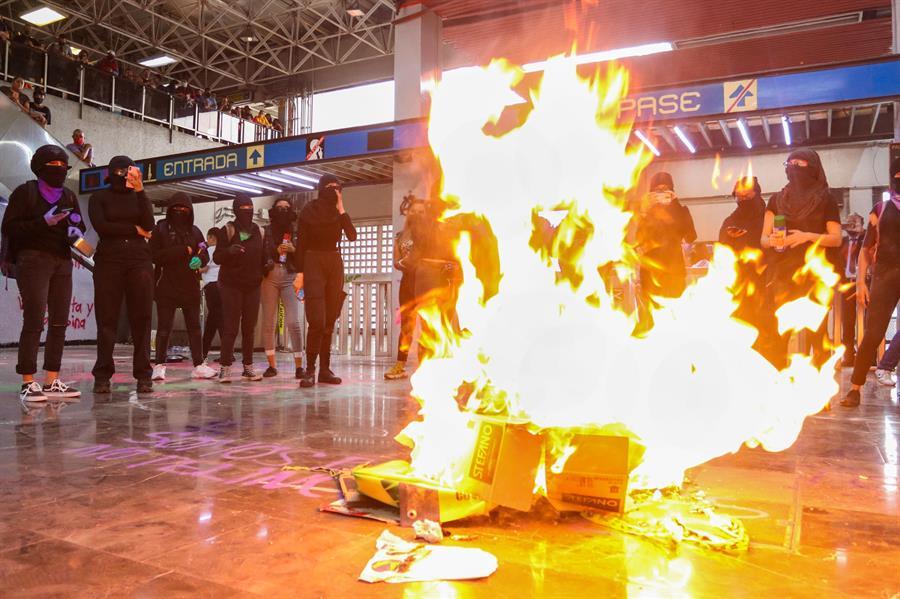 VIDEO: Feministas vandalizan el Metro de la CDMX en protesta por violento desalojo de activistas