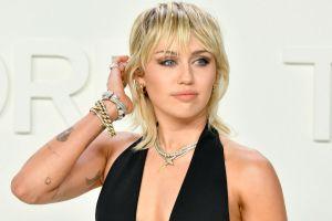 Miley Cyrus alborota las redes posando topless en portada de revista