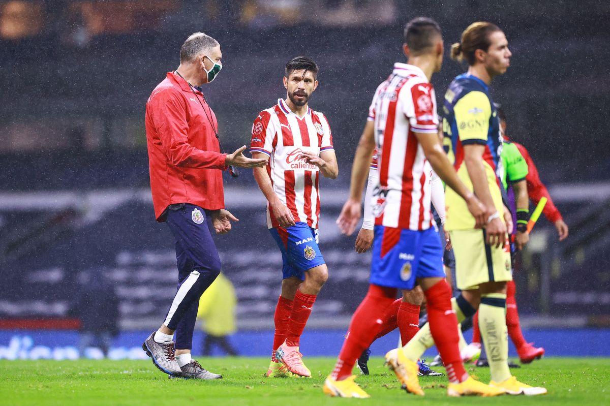 Oribe Peralta abandona el terreno luego de la derrota.