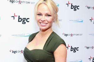 Cocinando en lencería, Pamela Anderson cumple las fantasías de sus fans revisando el horno