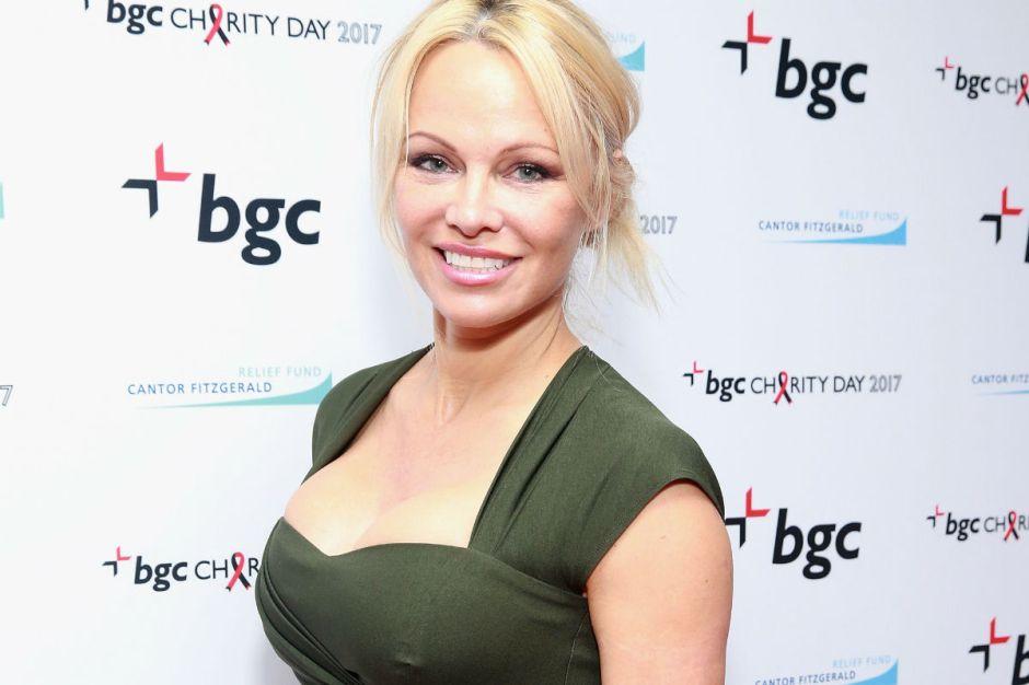 En sensual ropa interior y tacones, Pamela Anderson asalta el refrigerador