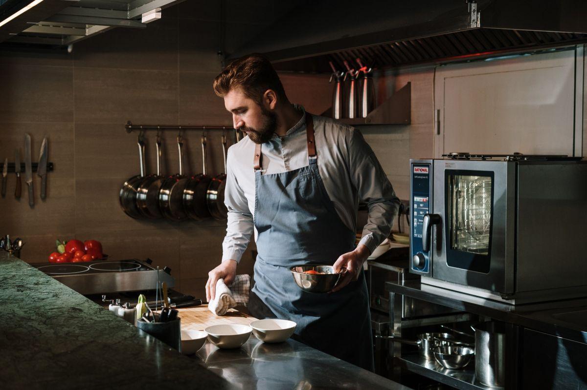 Aún trabajando a la mitad de la capacidad que antes, la industria restaurantera de Nueva York no consigue empleados