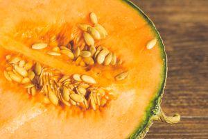 Pareja sufre cáncer de colon tras comer semillas de melón durante 2 años