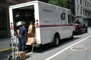 Repartidor de correo hispano del USPS en Los Ángeles salva a hombre durante emergencia