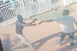 VÍDEO: Intenta frenar un robo y se agarra al auto del ladrón, que maneja a toda velocidad
