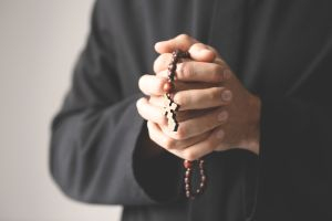 Sacerdote es condenado a 32 años de prisión por obligar a menor a beber alcohol para poder abusar de él