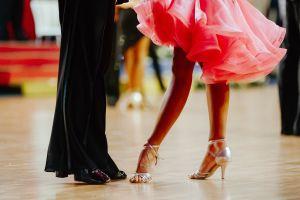 Conmueve quinceañera que buscó a su padre albañil para bailar el vals