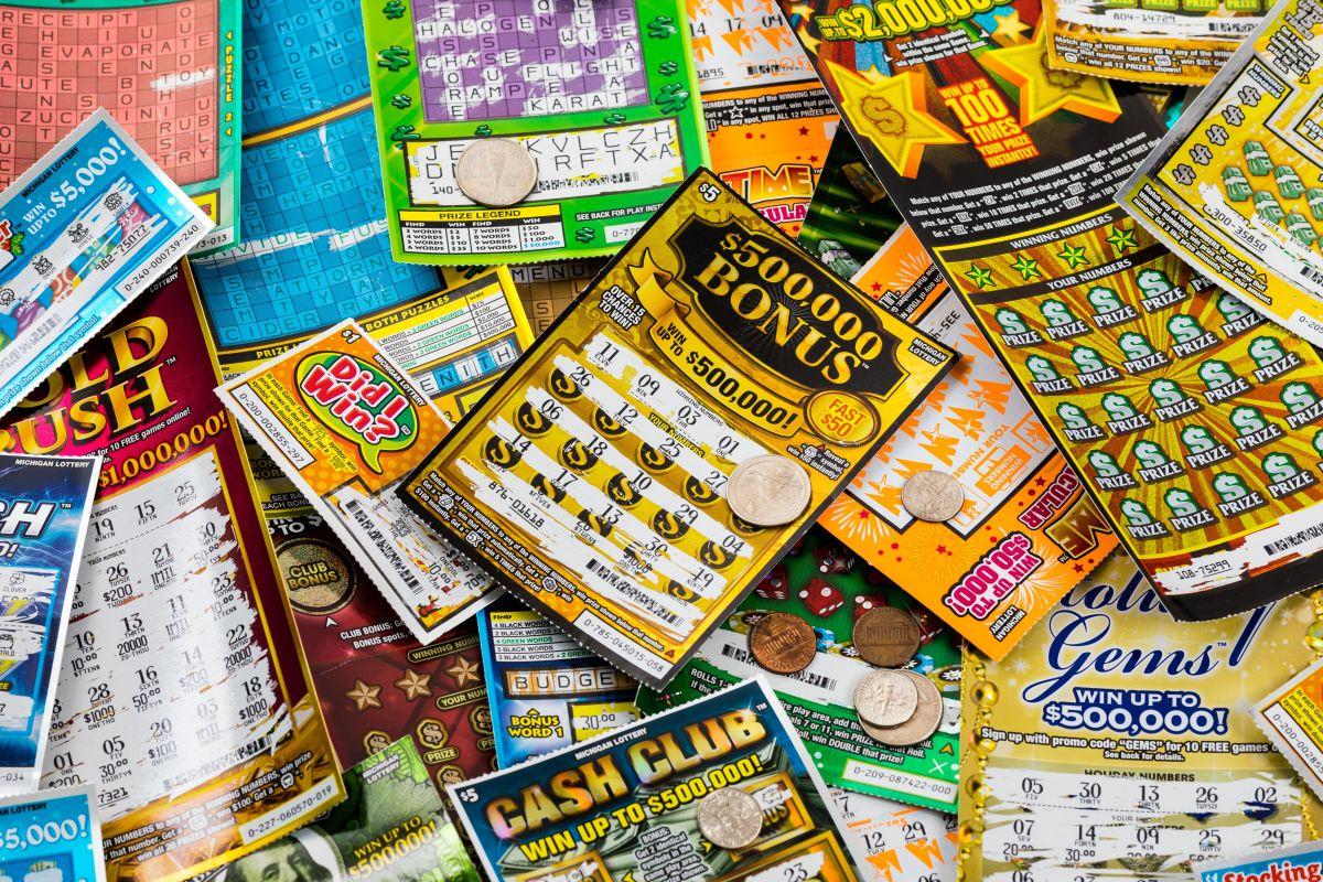 Compra boleto de lotería por error y gana $1 millón de dólares