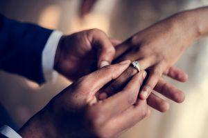 Recién casada muere al caer por el balcón buscando su anillo de bodas durante la luna de miel, investigan al marido