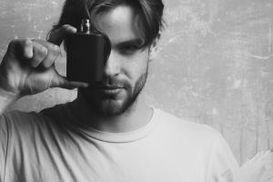 5 perfumes con esencias varoniles de maderas para regalar a ese hombre especial