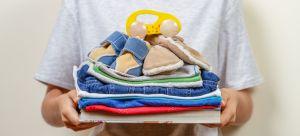 Conmueve madre que intercambia su ropa por pañales y medicinas para su bebé