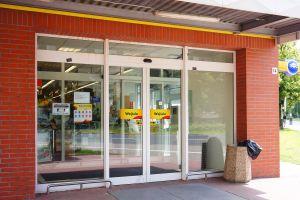Tienda en New Jersey cobrará $10 extra a clientes que no hablen inglés