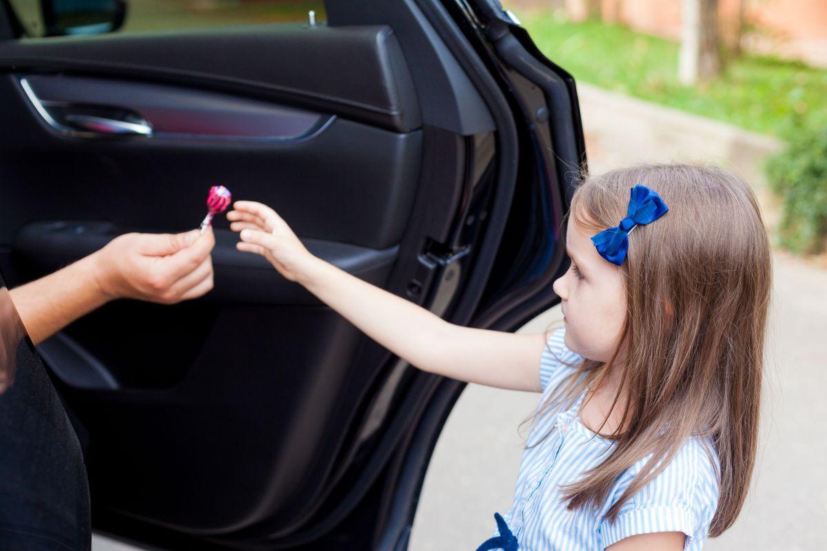 La niña se bajó del auto y sus padres no se dieron cuenta.