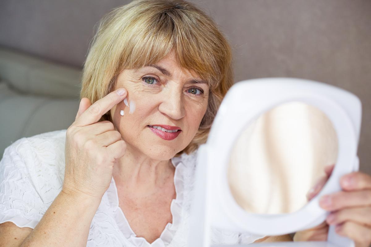 Las 4 mejores cremas antiarrugas para aplicarte en la noche
