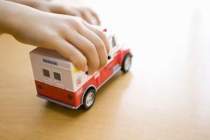 Niño de 5 años salva a su madre de la muerte gracias a ambulancia de juguete