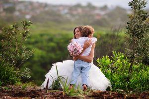El asombroso detalle que esta novia tuvo con su hijastro el día de su boda