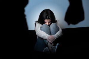 Causa indignación padre que le propina brutal golpiza a su hija para corregirla