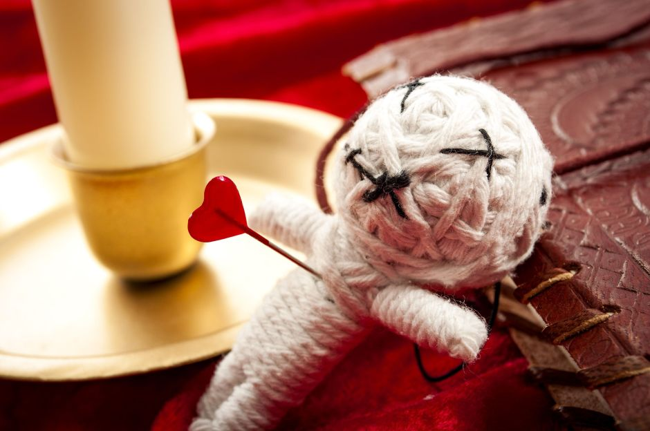 Capta a su vecina realizando extraño ritual para atraer el amor