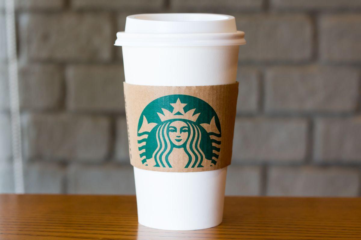 Demanda a Starbucks por haberle quemado el pene con un té