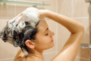 Los 5 mejores shampoos para quitarte la caspa del pelo