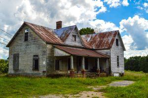 Años después de comprar su casa descubre una habitación secreta, no da crédito a lo que encuentra