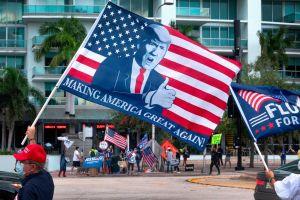 Simpatizantes de Trump hicieron una caravana de 60 millas y luego bloquearon centro de votación en Temecula