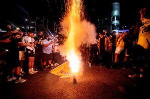 Miles de fans de los Lakers no hacen caso y celebran afuera del Staples Center
