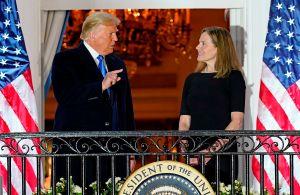 Barrett, la candidata de Trump a la Corte Suprema, jura su cargo en la Casa Blanca