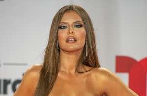 Vanessa Claudio se destacó en una noche donde las telas metálicas y las transparencias marcaron los Latin Billboard