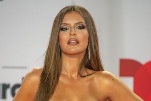 Vanessa Claudio deslumbra con sus fotos al mostrarse en mini bikini recostada en un yate