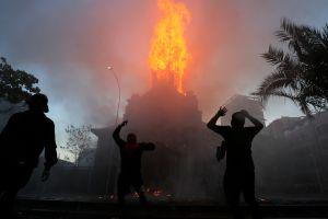 Protestas en Chile por el aniversario del estallido social terminan en quema de iglesias y disturbios