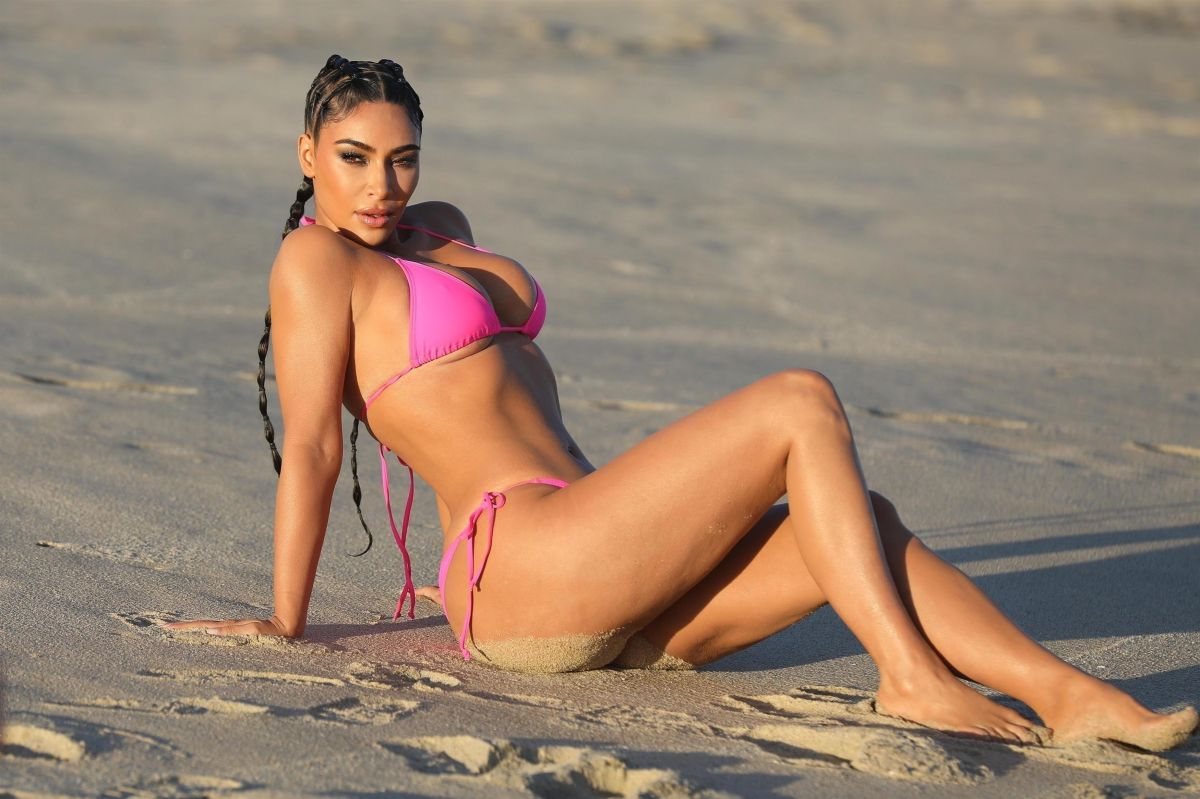Kim Kardashian sale de la piscina luciendo una tanga de hilo