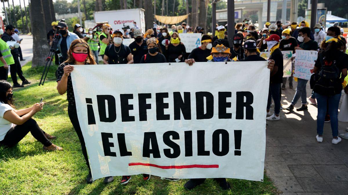 Demandan migrantes que las cortes retomen casos de asilo en la frontera