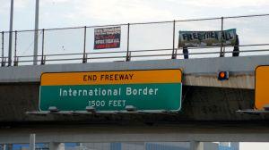 'Libérenlos a todos', dijeron los manifestantes en los centros de detención y en todo California