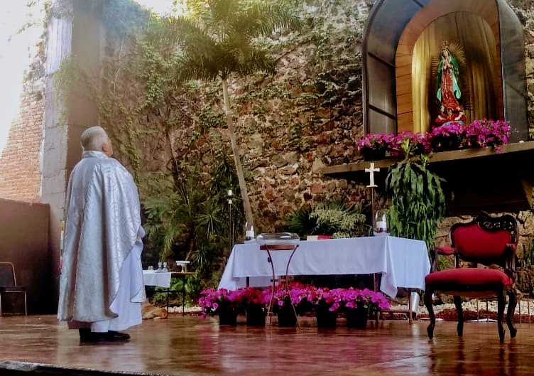 El padre Luis Angel Nieto durante una celebración de la eucaristía sin feligreses